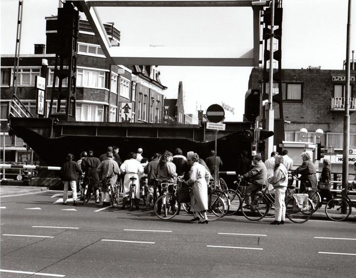 Sorry, de brug stond open. Het was een geaccepteerd excuus in Helmond, als je te laat op een afspraak kwam. In de jaren negentig werd de Zuid-Willemsvaart om Helmond heen geleid en werd het kanaal in de stad voor scheepvaartverkeer gesloten. De bruggen, zoals hier bij de Veestraat, bleven voortaan dicht en de Helmonders hadden maar op tijd te komen want hun smoesje werkte niet meer.
