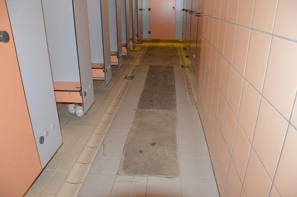 In zwembad De Kleine Dender komen de vloertegels en de muurtegels al jaren los.