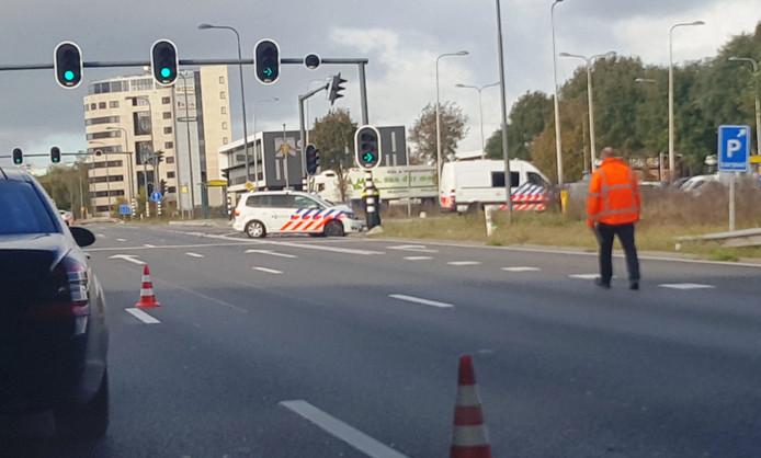 De politiewagen die tot stilstand is gekomen tegen de verkeerslichten. Foto: Danny Hollering