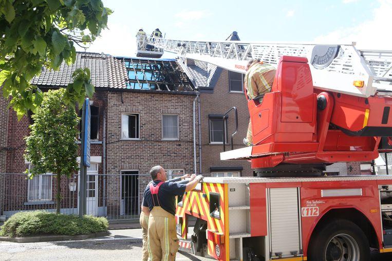 Brandweer legt het dak voorlopig dicht met enkele zeilen.