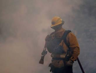 """Brandweerman doorprikt complottheorieën over verwoestende bosbrand in Californië: """"Bewuste brandstichting? Dat is gewoon onzin"""""""