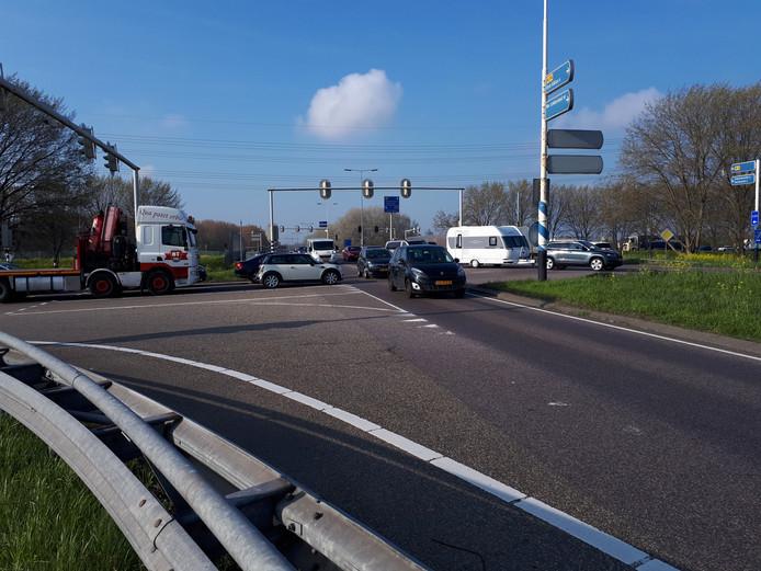 De defecte verkeerslichten zorgen voor opstoppingen.