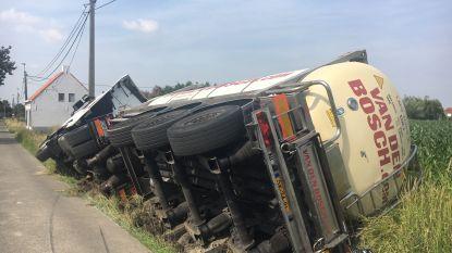 Tankwagen met 25.000 liter palmolie in gracht