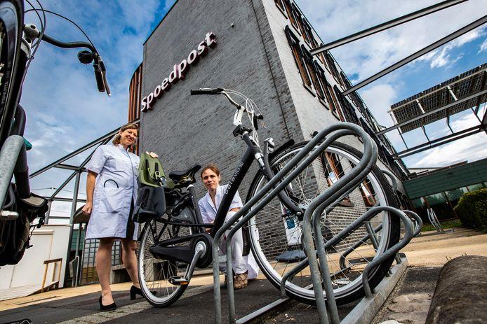 Artsen Judith Langerlaar en Elvira Flikweert behandelen op de spoedpost van het ziekenhuis de kindjes die hun voet tussen de spaken krijgen. In minstens de helft van de gevallen was het ongeval niet nodig geweest: gebruik een goed kinderzitje.