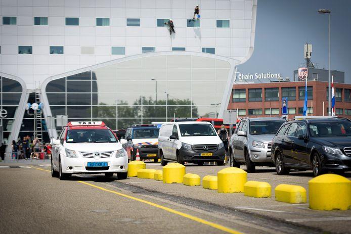 De standplaats voor taxi's op P1 bij Eindhoven Airport