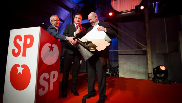 Tiny Cox, Emile Roemer en Jan Marijnissen, partijvoorzitter van de SP tijdens het partijcongres van de SP in Utrecht. (archieffoto)
