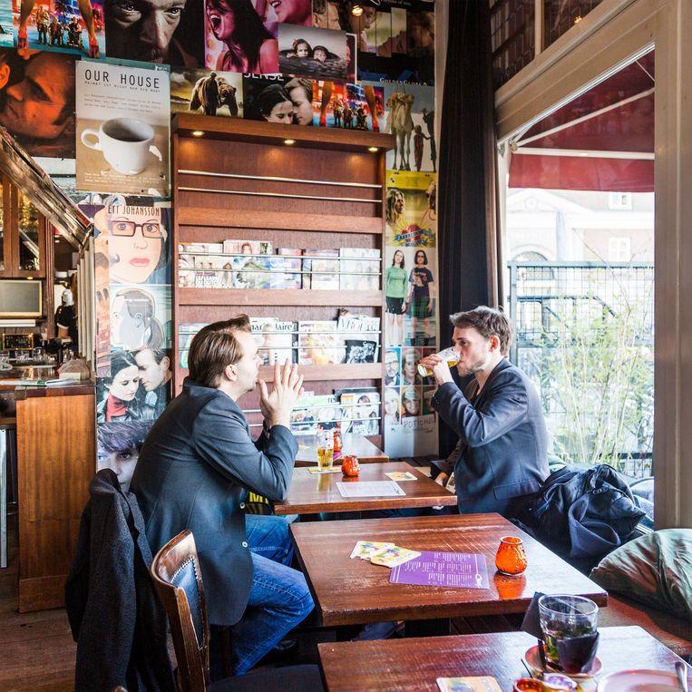 'Café Orloff op het Kadijksplein is min of meer mijn stamkroeg.' Beeld Tammy van Nerum