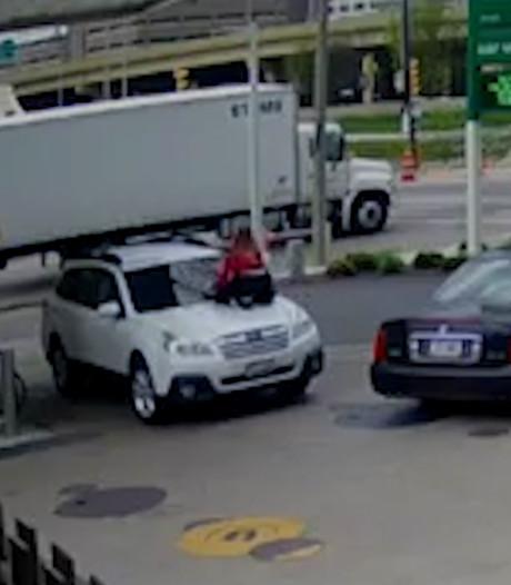 Vrouw springt op auto om dieven te verjagen