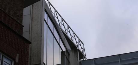 Loopbrug bij stadskantoor Den Bosch valt bijna van het dak door zware windstoten e