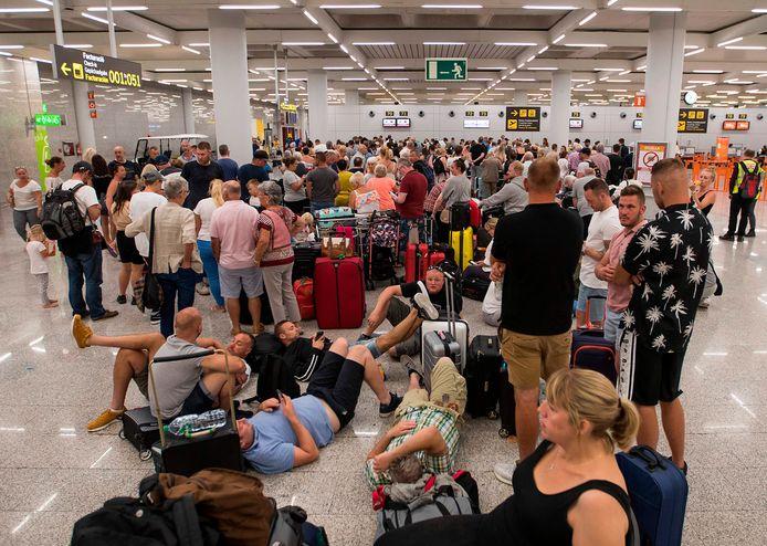 Alleen al vandaag zijn naar schatting 14.000 Britse toeristen gestrand.