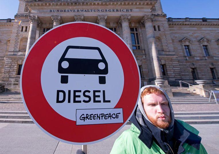 Een Duitser demonstreert tegen dieselauto's. Beeld ap