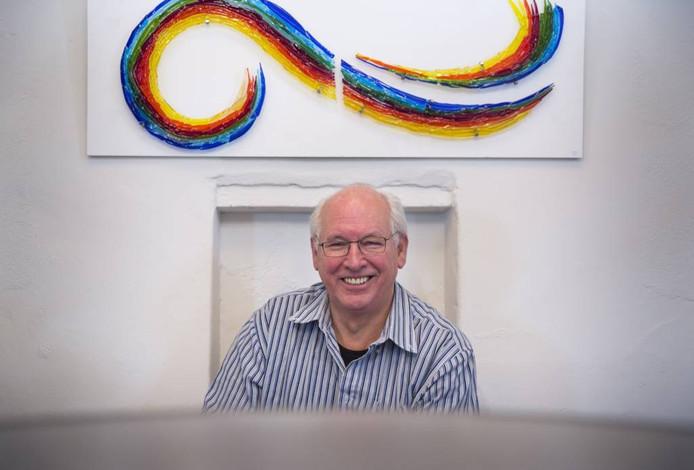Jan Berends met een van zijn glasobjecten.