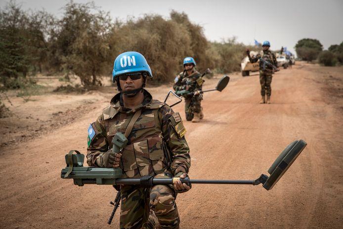Blauwhelmen in Mali met ontmijningsapparatuur. Archieffoto.