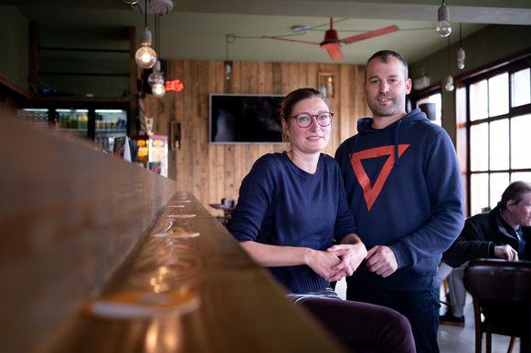 Stijn De Bock houdt café Barbok open, zijn vriendin Nausikaä Jacobs opent weldra café De Kanunnik in Blaasveld, een straat verder.