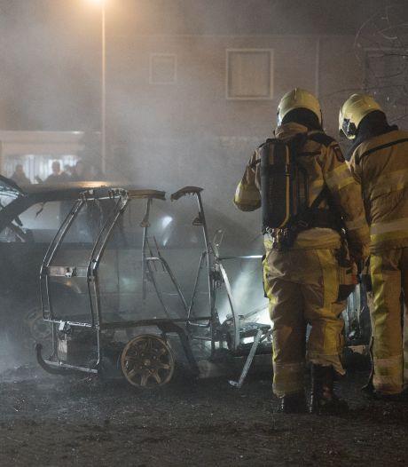 Politie Deventer houdt woningen in de gaten in strijd tegen oplaaiende autobranden