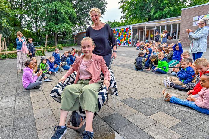 Juf Aukje van de Zegse basisschool Mariadonk gooit de kinderen met een kruiwagen van het schoolplein af
