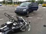 Motor en auto botsen op kruising in Breda