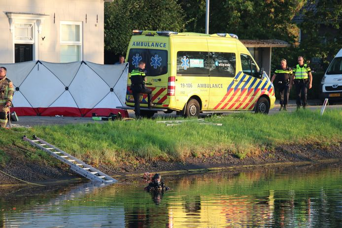 Een duiker van de brandweer is ingezet om te zien of er nog meer mensen in de auto zaten.