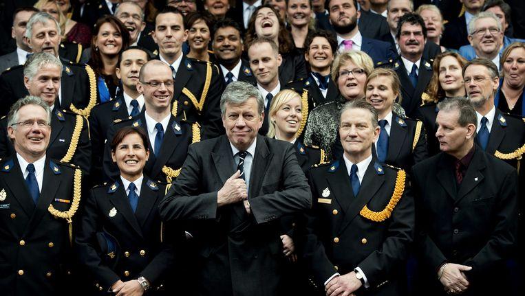 Januari 2013, minister Opstelten, met naast hem korpschef Bouman, poseert met de politietop bij het officiële begin van de nationale politie. Beeld Koen van Weel / ANP