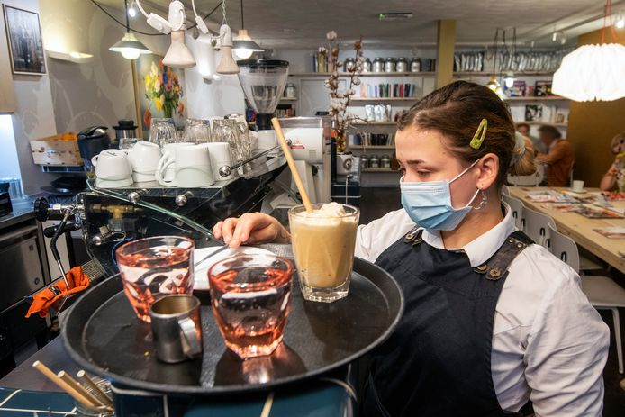 Bij koffiezaak Walt draagt al het personeel mondkapjes. De ondernemer wil hiermee een statement maken en hoopt dat anderen volgen.