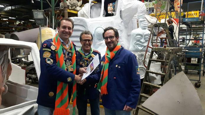 Joost van der Werf geeft zijn filmplannen aan Freek Verhaaf, voorzitter van de Carnavalsstichting Tilburg en Paul Staps, voorzitter van de Lustrumcommissie 5x11.