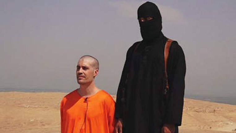James Foley naast zijn beul. Beeld Videostill