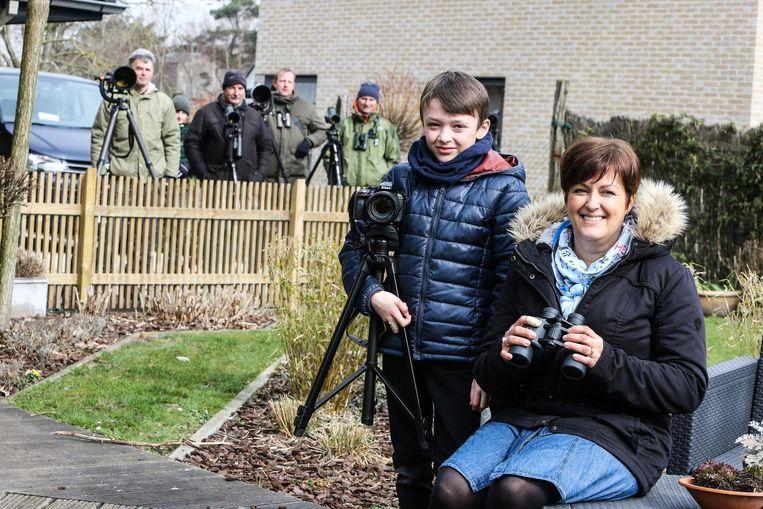 Katrien Van Baveghem en zoon Jarre zagen de vogel het eerst in hun tuin.