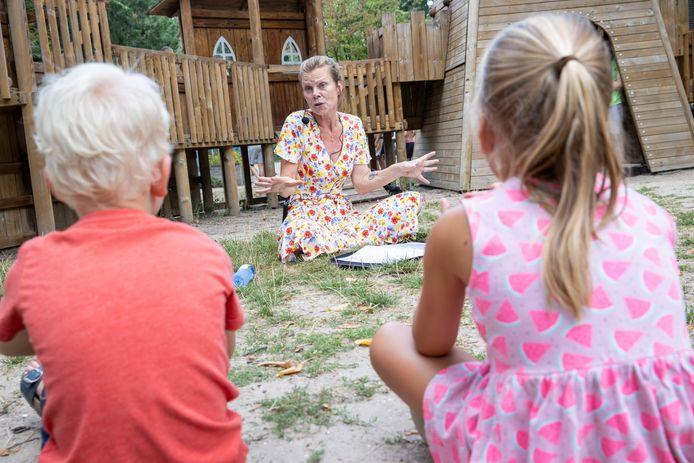 Auteur Linde ten Broek leest voor aan kinderen in speeltuin de Splinter.