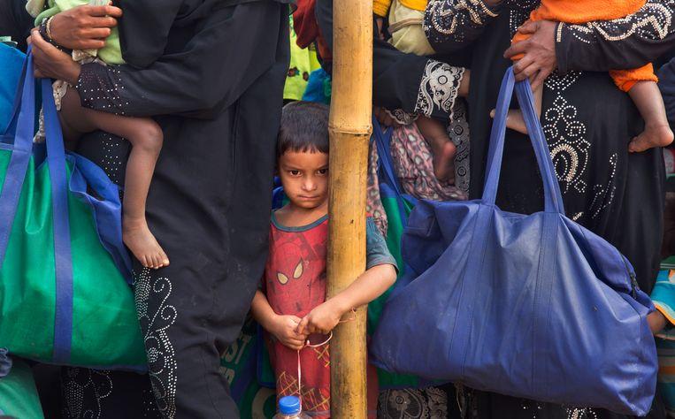 Een Rohingya-jongen staat bij een voedseldistributiecentrum in het grote Balukhali-vluchtelingenkamp in Bangladesh.  Beeld AP