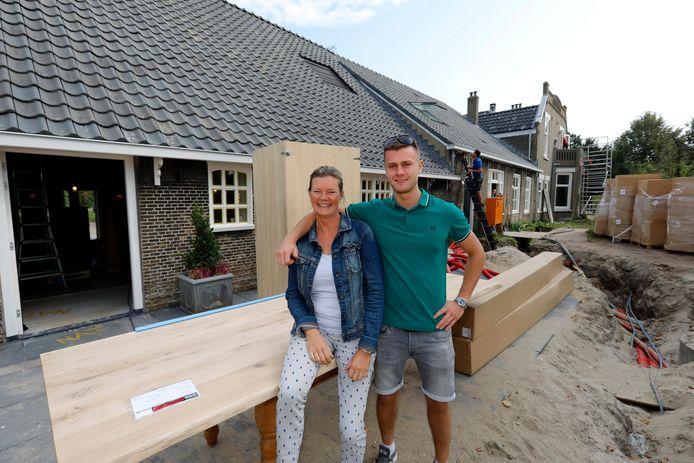 Marlene van Buuren en haar zoon Gijs, één van de twee bedrijfsleiders in Vlaardingen.