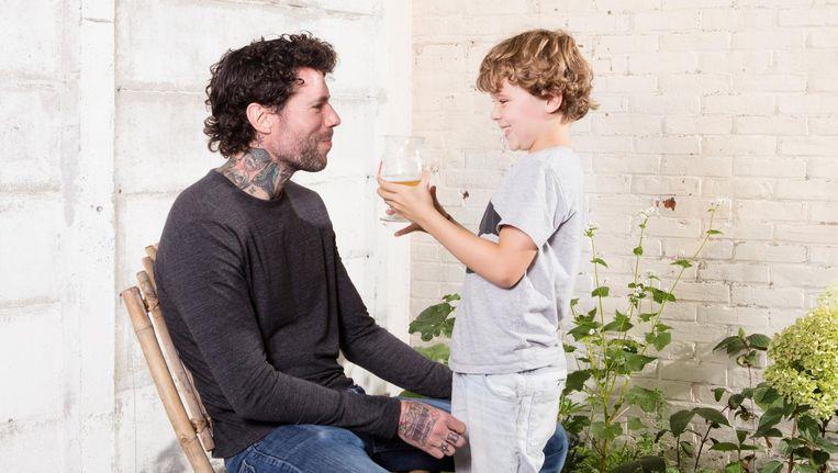 Schrijver Henk van Straten met zijn jongste zoon. 'Hoor ik daar de pedagogen hun pennen slijpen?' Beeld Jaap Scheeren