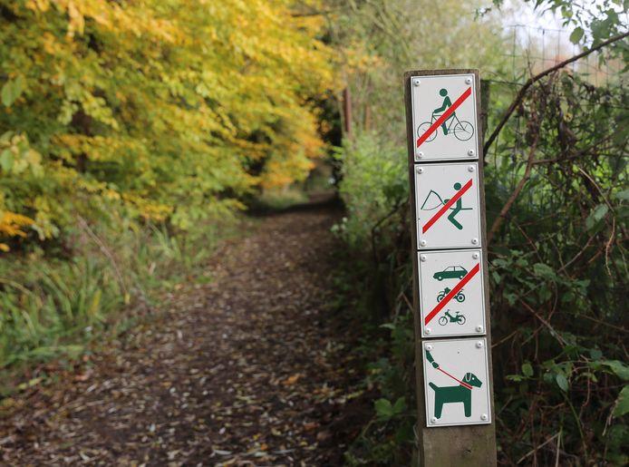Wie vanuit Asse het bos betreedt, krijgt te zien dat fietsen en paarden niet toegestaan zijn.