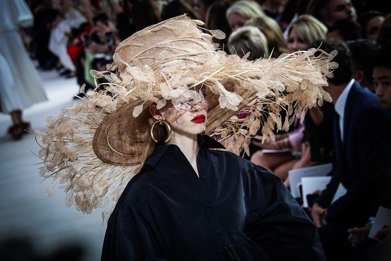 De rotanhoed bij de show van Valentino. (Paris Fashion Week Spring/Summer 2019) Beeld Vittorio Zunino Celotto / Getty Images