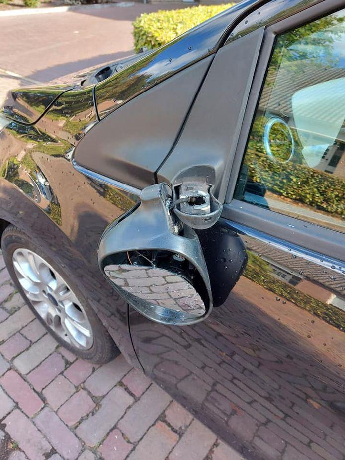 In De Vliegert werden vrijdagnacht meerdere autospiegels vernield.
