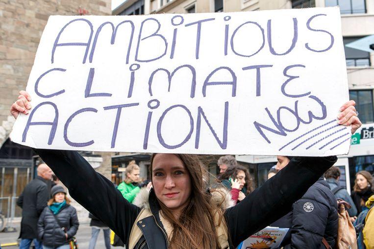 Een klimaatdemonstrant dit weekend in Geneve, Zwitserland  Beeld EPA
