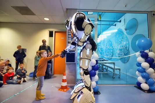 De robot geeft een hand aan een leerling in het nieuwe Skillslab op de Mgr. Bekkerschool.