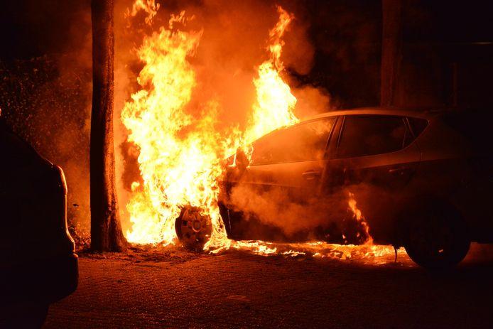 Auto in brand aan de Vloed in Breda.