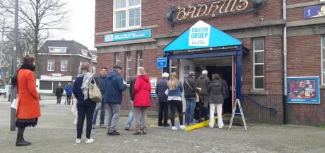 Lange rij voor stembureau waar opkomst 'soms wel 120 procent' is