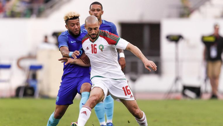 Nordin Amrabat (R) van Marokko in duel met oranjespeler Tonny Vilhena (L) tijdens de oefeninterland tussen Marokko en Nederland in het Stade Adrar stadion. Beeld anp