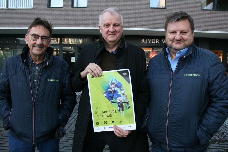 De nieuwe koersdirecteur Frank Van Zitteren (midden) en Marc Van Geystelen (links) en Luc Stremersch van de koerscommissie.