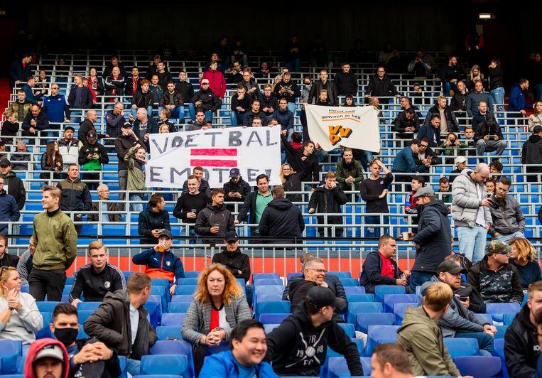 Supporters op de tribune bij Feyenoord - ADO Den Haag (4-2). Beeld Jiri Büller