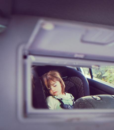 Meisje (4) acht uur lang vast in weggesleept busje