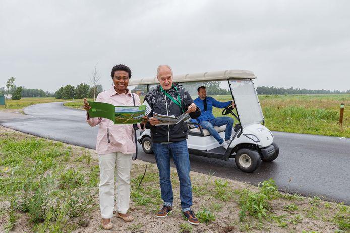 Anita Daniels en Ab Vreeman laten zich informeren bij de open kaveldagen in de Steenwijkse villawijk Eeserwold. Met golfkarretjes worden de belangstellenden rondgereden over het terrein.