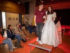 Leerlingen 'trouwen' op Valentijnsdag: 'Raar, maar ook wel heel leuk'