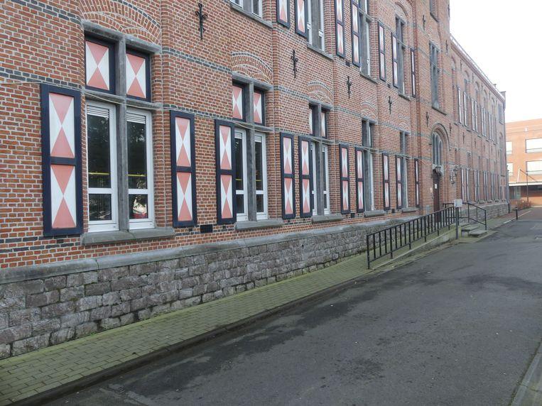 De vensterluiken aan het oude rusthuis.