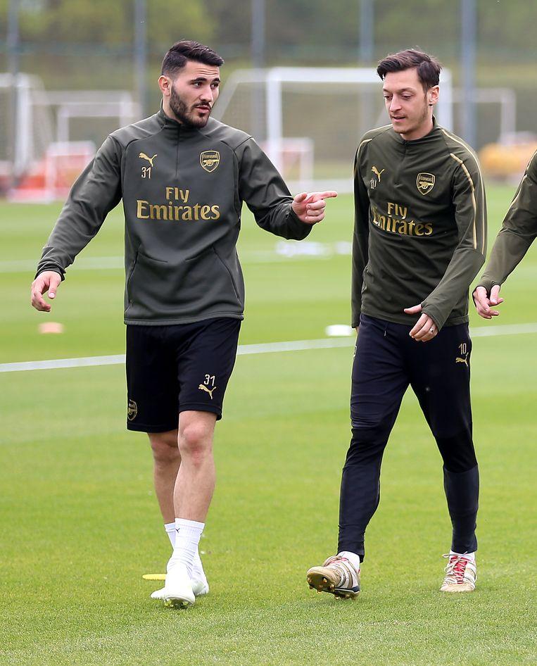 Sead Kolasinac (links) en Mesut Özil. Beeld null