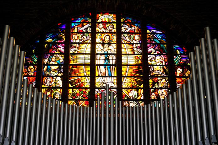 Een gerestaureerd raam in de Lourdeskerk in Bergen op Zoom.