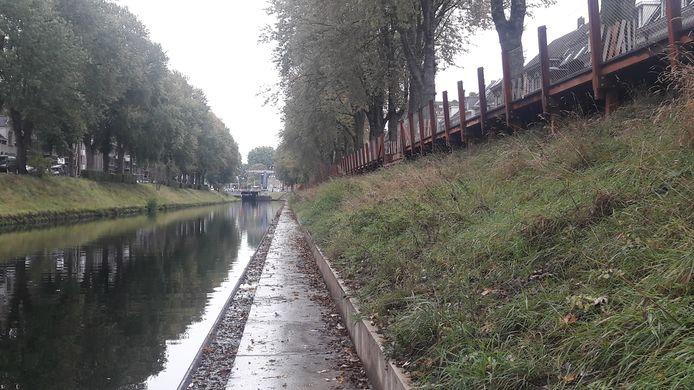 Trappen leiden naar een betonnen pad langs het water.