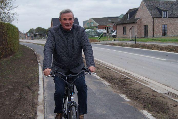 Burgemeester Hendrik Verkest test het pas aangelegde nieuwe fietspad tussen Wildenburg en Wingene.