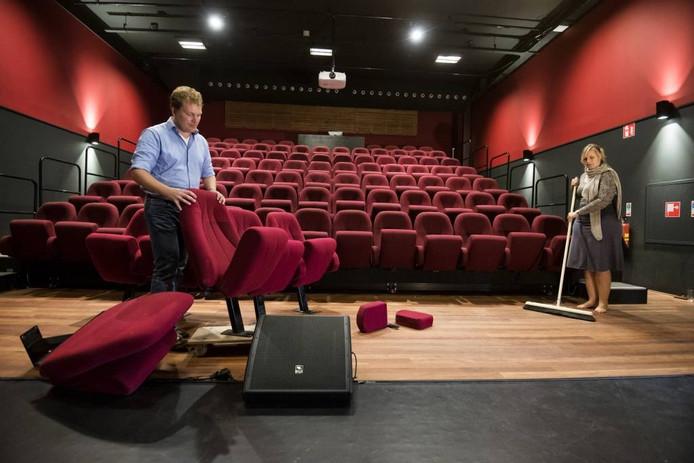 Arnoud van Dijk (links) samen met zijn vrouw Ruth aan het werk in zijn nieuwe theater De Leeuw.